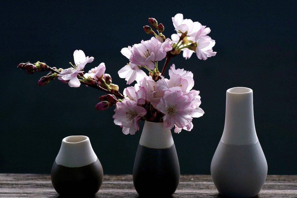 Décorer une pièce avec des fleurs roses