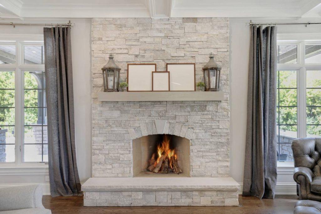 Chauffage bois : pourquoi créer une cheminée en pierre ?